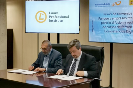 Henry Chalup signing the agreement with Fundae's Director General, Antonio de Luis Acevedo (right)