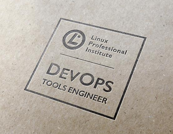 Logotipo de Linux Professional Institute DevOps Tools Engineer sobre papel